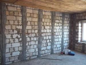 Выравнивание стен по маякам.