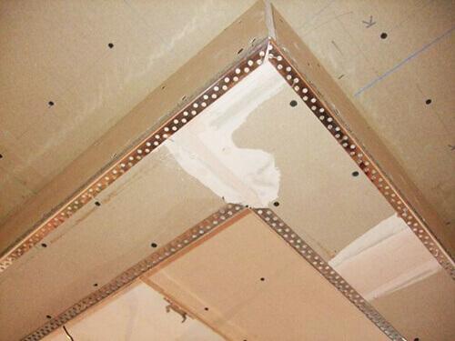 Угол алюминиевый перфорированный - установка на потолке.