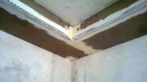 Угол перфорированный алюминиевый оцинкованный фиксация на потолке из гипсокартона.