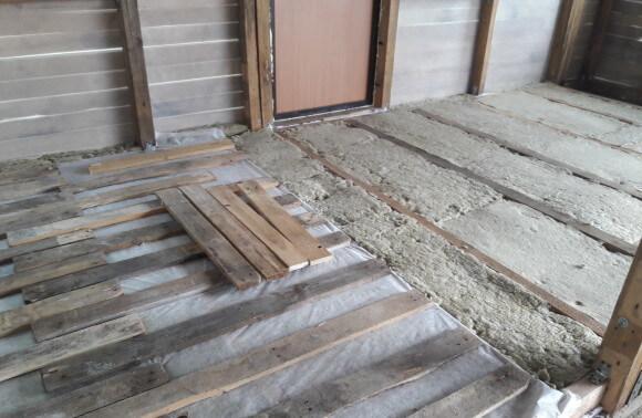 Устройство пола в деревянном доме - утеплитель, пленка, доски для обрешетки. Доставка стройматериалов в Минске.